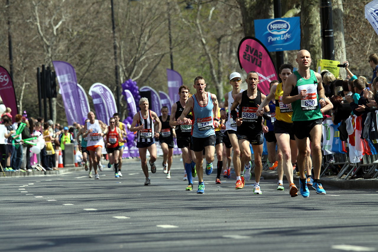 1280px-Runners_of_the_2013_London_Marathon_(21)